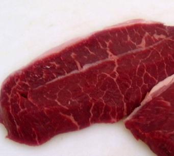Červené maso obsahuje hodně purinů