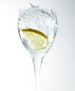 Může voda s citrónovou šťávou oddálit menstruaci? Dle babských rad prý ano.