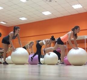Gymnastický míč je pro posilování i fitness trénink skvělý.