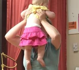 Zkuste s dítětem tancovat na příjemnou hudbu.
