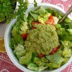 Zdravý salát s avokádovým dressingem