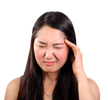 Příčiny, proč se občas probouzíte s bolestí hlavy