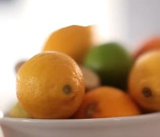 Jak si poradit se škytavkou? Třeba i s pomocí šťávy z citrónů.