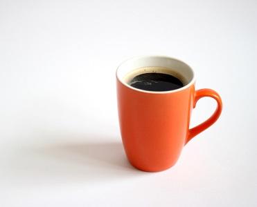 Barva šálku mění vnímání chutě nápoje. Z jakého pijete vy?