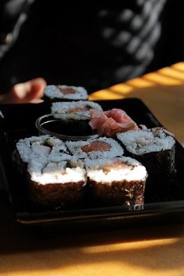 Mořské řasy Nori se využívají při přípravě sushi maki...