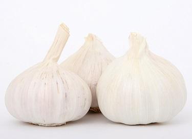 Jezte česnek, snižuje cholesterol...