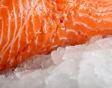 Už malý kousek lososa stačí na doplnění cenných látek do organismu.