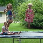 Skákání na trampolínách není jenom zábava. Posiluje také tělo a zdraví