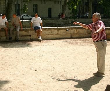Přemýšlíte o nějaké nenáročné sportovní aktivitě, která by byla vhodná i pro lidi v seniorském věku? Co takhle pétanque?