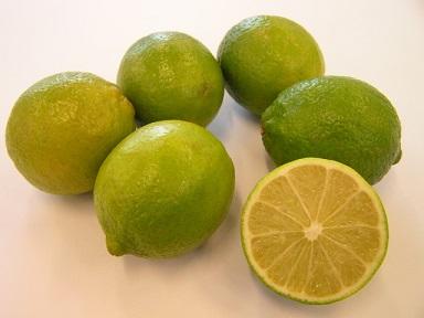 Pravidelné pití vody s citronovou či limetkovou šťávou snižuje vysoký krevní tlak.