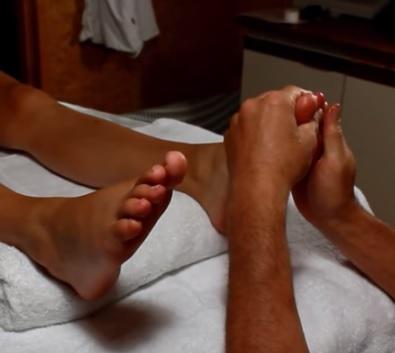 Tlačením a třením bodů na chodidle lze velmi spolehlivě najít problémová místa na lidském těle