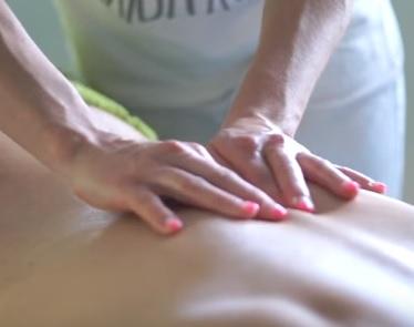 Účinnost Breussovy masáže spočívá v práci s míšními nervy, které vedou z páteře.