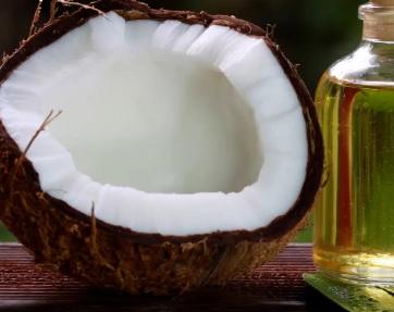 Jasně, sám o sobě vám kokosový olej nepomůže zhubnout, ale pokud jím nahradíte klasický tuk, který používáte, je to dobrá volba.