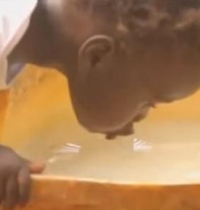 Bakterie úplavice se dostanou do úst infikovanými předměty, rukama, pitnou vodou, potravinami nebo mouchami.