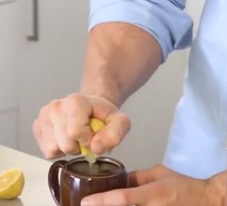 Při detoxikaci je super začít den čistou vodou s citronem.