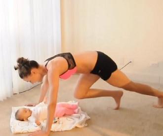 Cvičit se dá i s dítětem. Nevěříte? Koukněte na video pod článkem.