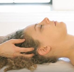 Součástí profesionální péče o vlasy může být i masáž hlavy...