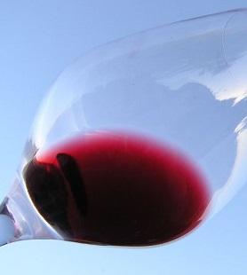Vysoký obsah resveratrolu má ve srovnání s bílým především červené víno, protože při jeho fermentaci se používají i slupky z hroznů.