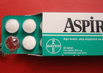 Reyův syndrom má často souvislost s podáváním aspirinu dětem mladším 15-16 let.