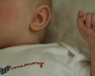 Chraňte dítě před zraněním během febrilních křečí a snižte jeho teplotu.