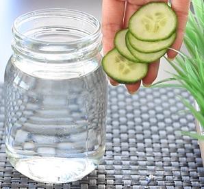 Pijte vodu nebo třeba vodu se salátovou okurkou.