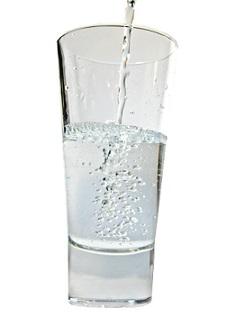Čistá voda by prostě ve vašem pitném režimu měla hrát prim.