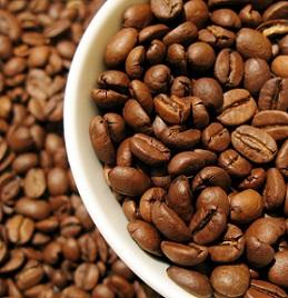 Kofein je nejčastěji extrahován ze semen kávovníku.