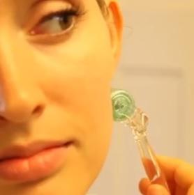 Už jste zkusili masážní váleček na obličej, tzv. face (derma) roller?