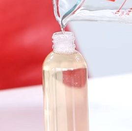 Zkuste si růžovou vodu udělat doma. Je to snadné.