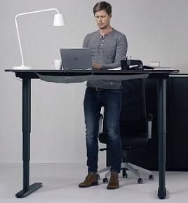 Při práci u počítače můžete i stát. Je to zdravější.