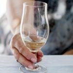 Jak se zbavit nepříjemného alkoholového dechu? Poradíme vám.
