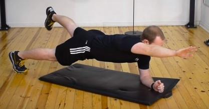 Plank se zvednutou nohou a rukou.