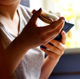 Jezte pomaleji a žvýkejte jídlo déle. Tělo se vám za to odmění.