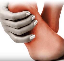 Diabetická neuropatie nejčastěji poškozuje nervy na nohou a chodidlech.