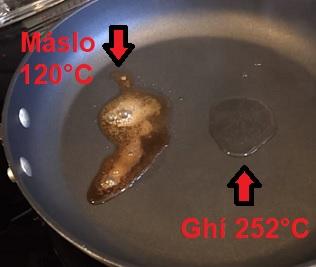 Vizuální rozdíl mezi kouřovým bodem klasického másla a přepuštěného másla (ghí)