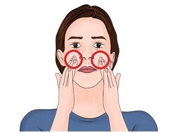 Masírujte si část obličeje pod očima a pokračujte k uším.
