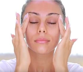 Jak na masáž obličeje a očí? Máme pro vás pár tipů.