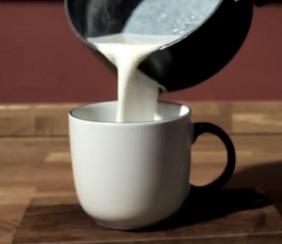 Kombinace medu a mléka má na naše tělo pozitivní účinky.