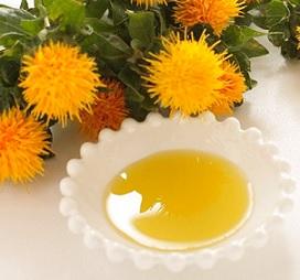 Světlicový olej obsahuje kyselinu linolovou, esenciální mastnou kyselinu, která nabízí mnoho opravdu pozitivních přínosů pro vaše tělo.