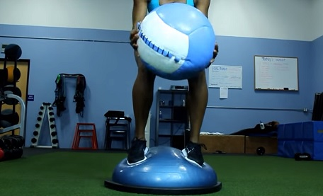 Přidejte ke cvičení na balanční položce i balón.