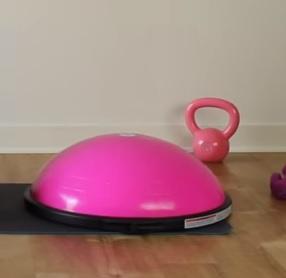 Pořiďte si balanční (bosu) podložku. Při tomto tréninku ji využijete.