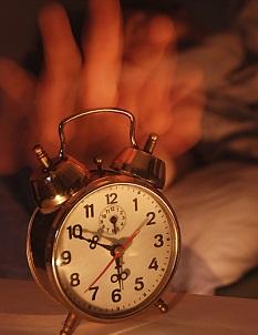 Pokud je vaším zlozvykem to, že jakmile zazvoní budík, tak ho jenom posunete a dále se budíte a usínáte dalších několik desítek minut, je to velký problém.