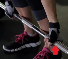 Kvalitní fitness rukavice se při posilování náramně hodí.