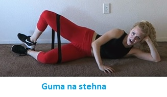 Zkuste zvedat nohy i při posunutí gumy na stehna.