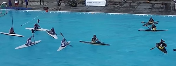 Ukázka vodního sportu kanoepolo.