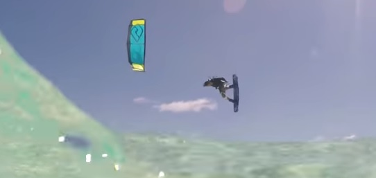 Ukázka kitesurfingu
