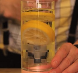 Voda s citronem je při hubnutí opravdu moc dobrý nápoj.