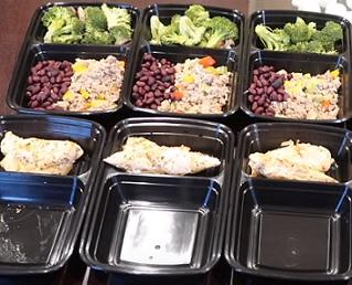 Zkuste si připravit krabičky s jídlem dopředu. Lépe tak dodržíte plán stravování.
