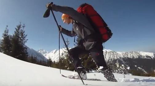 Chůze se sněžnicemi patří k relaxačním zimním sportům.