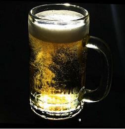 Špatná zpráva pro pijáky alkoholu? Alkohol může zvýšit hladinu triglyceridů, zejména u lidí, kteří jsou na něj citliví.